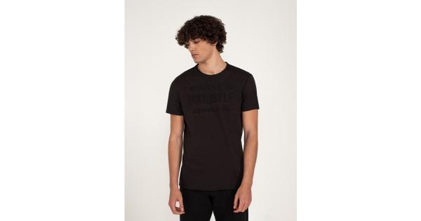 T-shirt con scritta effetto rilievo